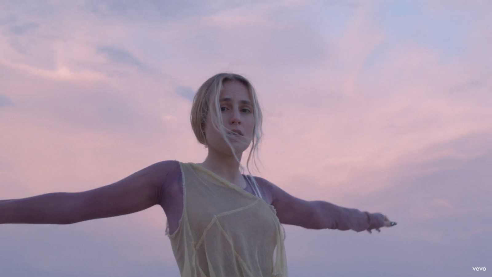 """María Escarmiento lanza """"Otra noche"""", su colaboración con El Mini y su tercer adelanto de su EP"""