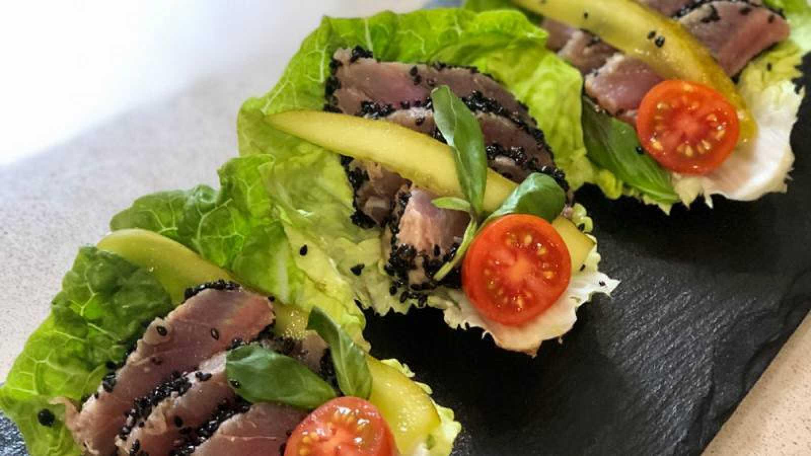 Tacos vegetales de tataki de atún