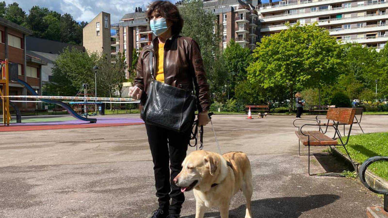 La donostiarra Begoña Manterola paseando con su perra Jewua