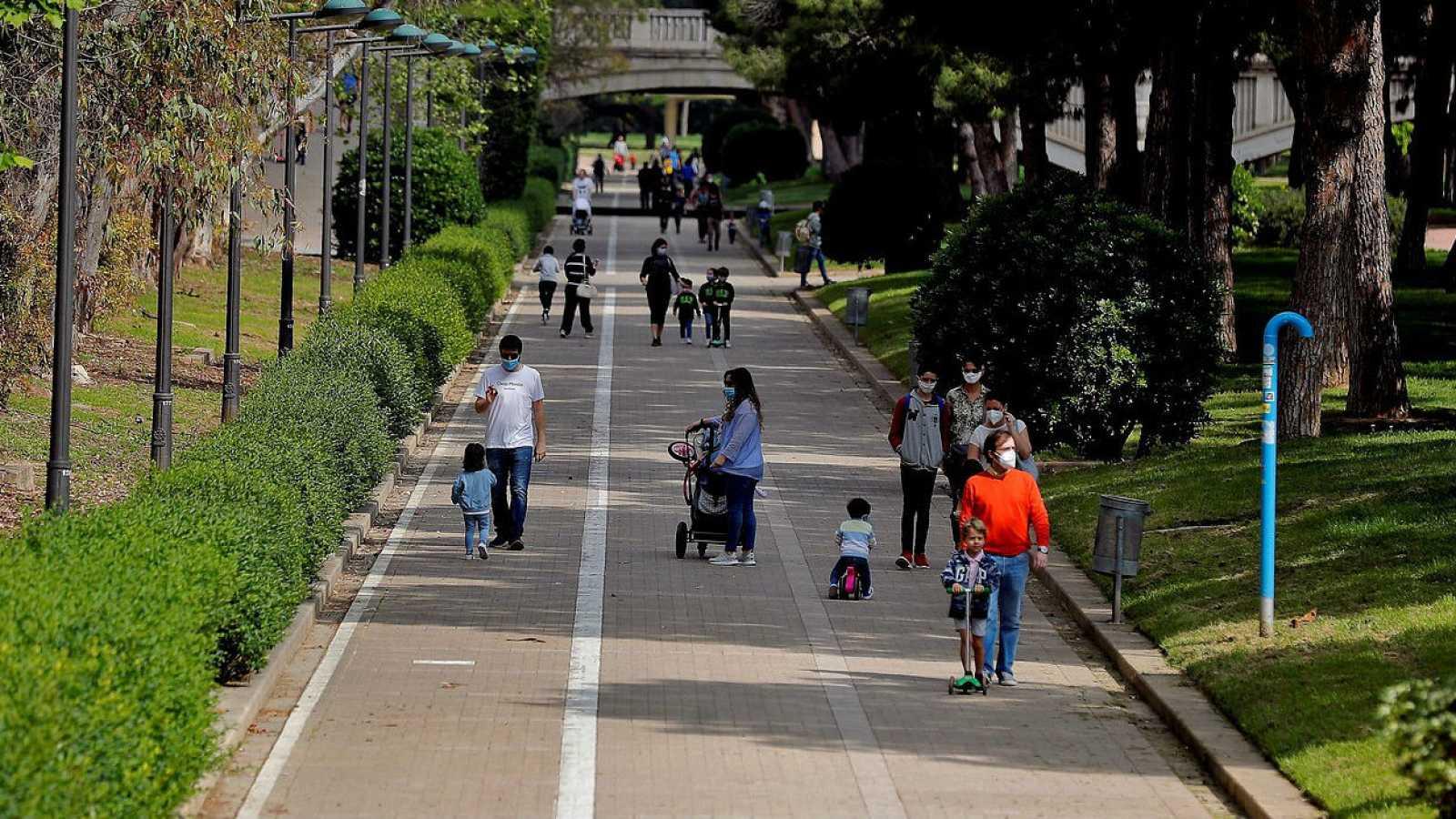 Familias paseando por las calles de Valencia con mascarillas.