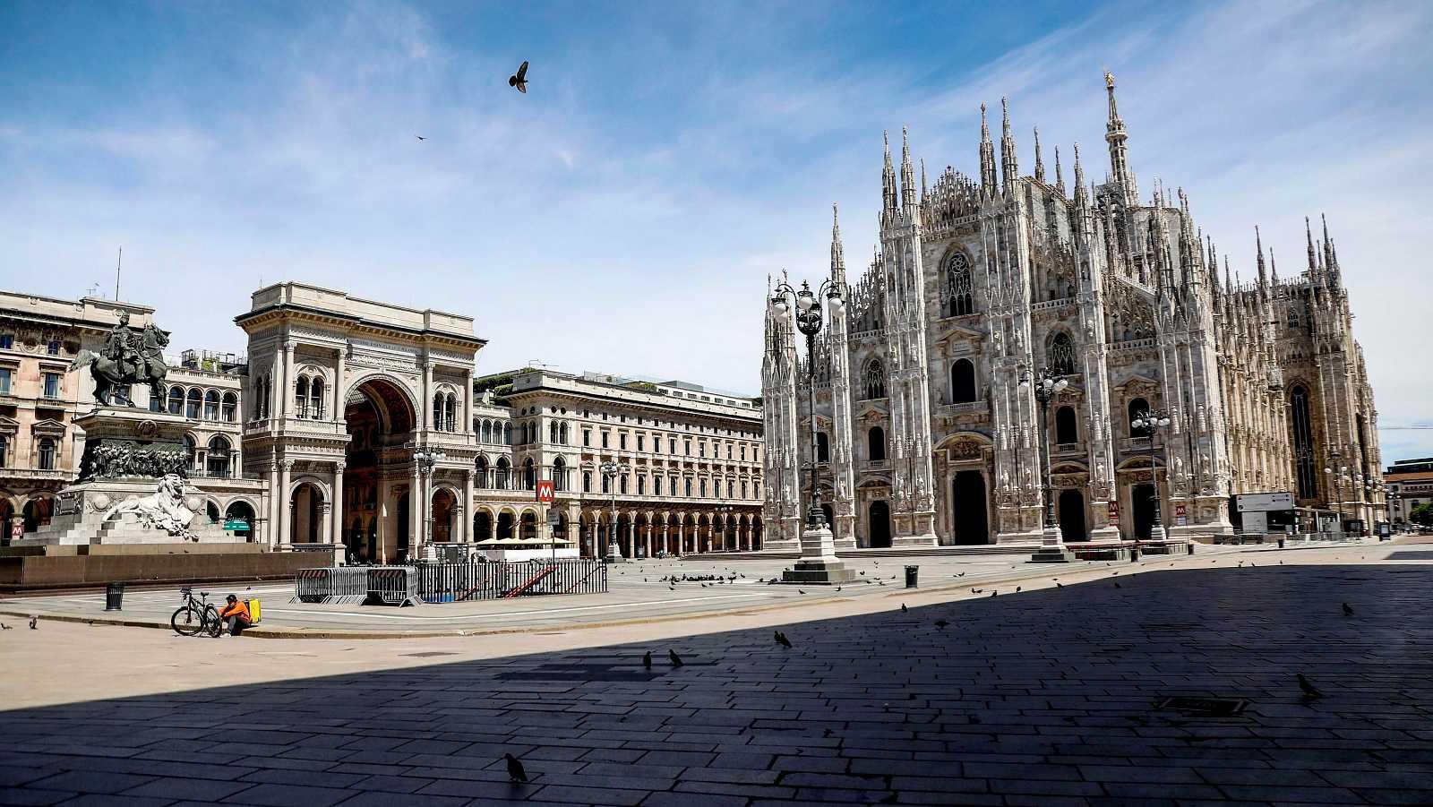 Coronavirus en Italia: Vista de la Plaza del Duomo en Milán, casi desierta por las restricciones debidas al coronavirus SARS-CoV-2.