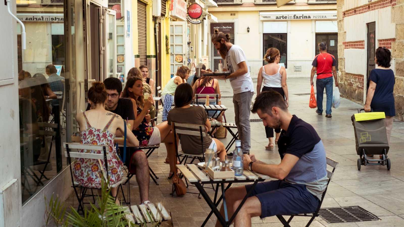 Varios clientes sentados en una terraza de Málaga en una imagen de archivo