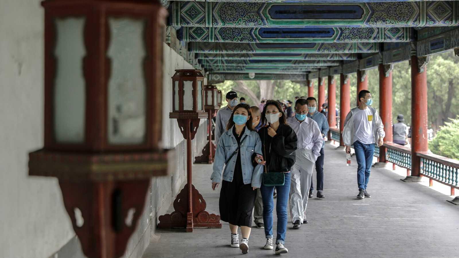 Visitantes con mascarillas en el Templo del Cielo, Pekín