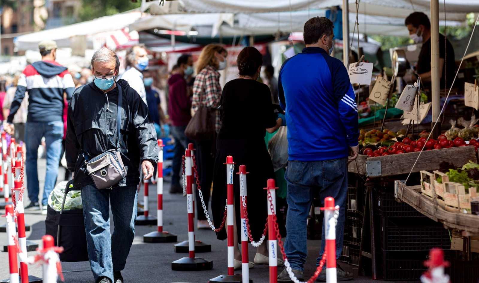Compras en un mercado al aire libre este martes en Roma