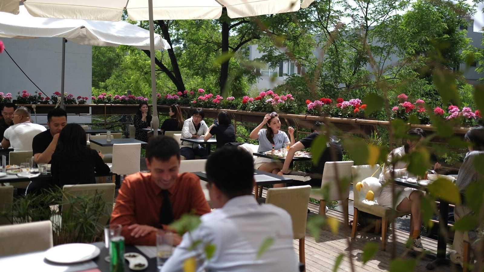 Varias personas almuerzan en un restaurante de Pekín durante el Día del Trabajo