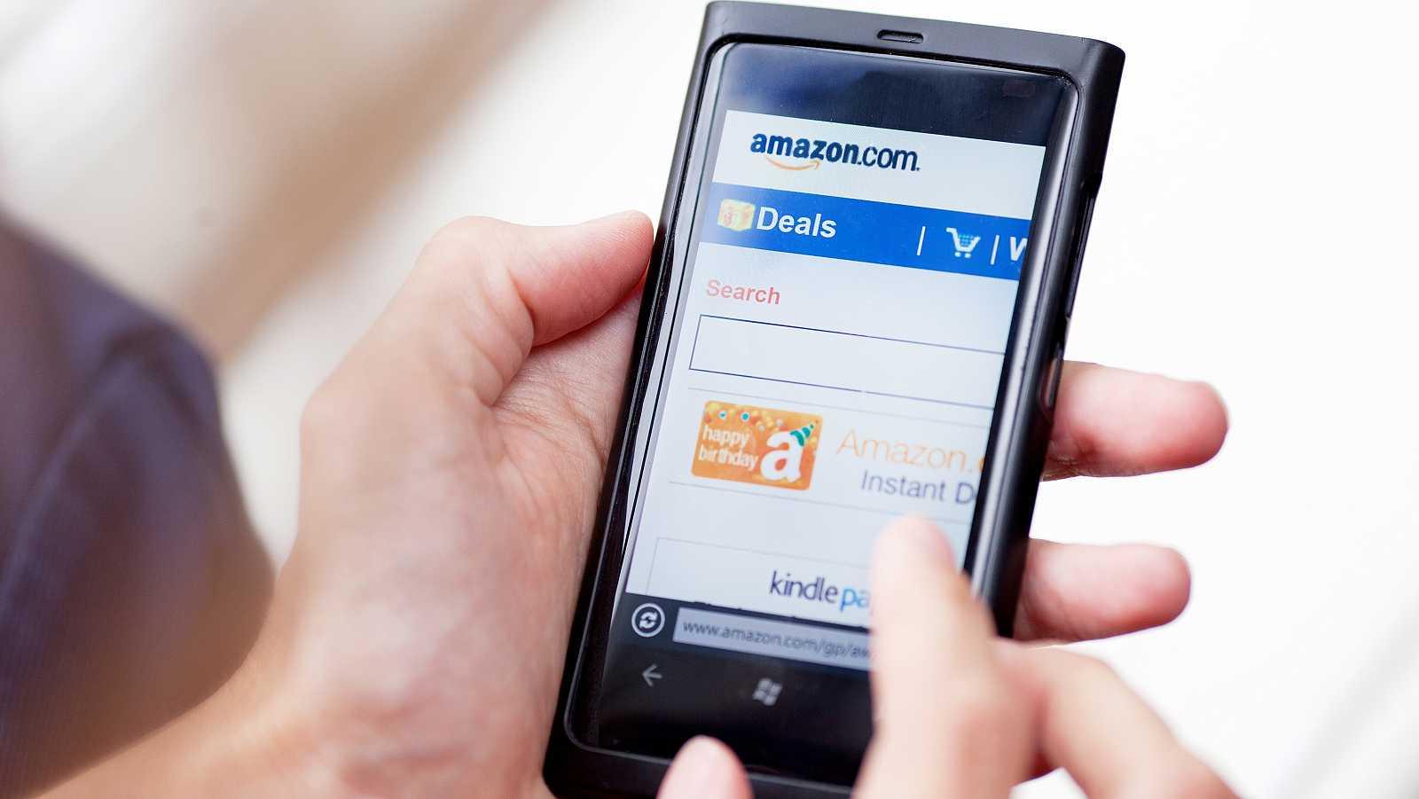 Un usuario interactúa con una notificación de Amazon en su teléfono móvil.