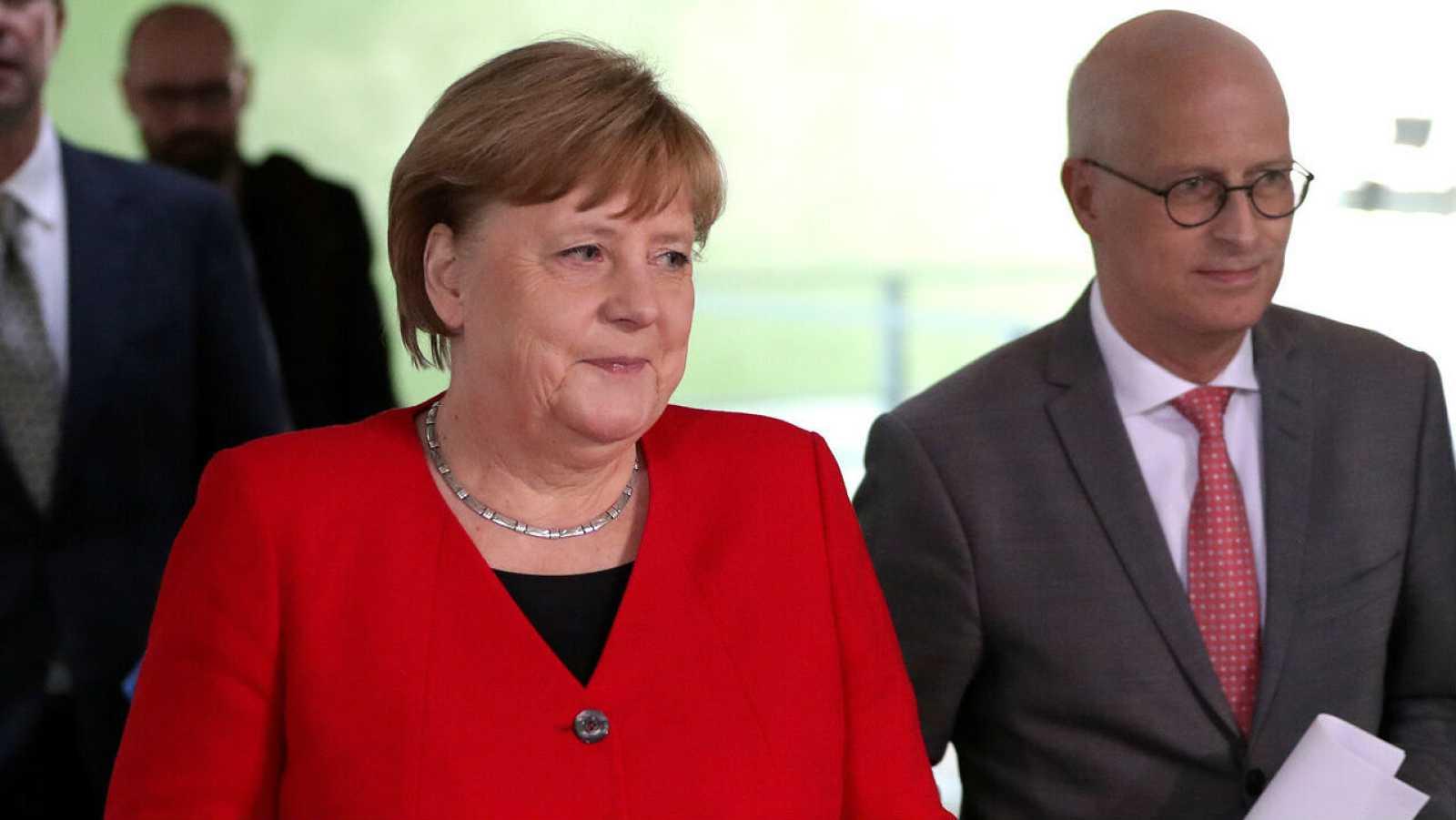 La canciller alemana Angela Merkel y Peter Tschentscher, primer alcalde de Hamburgo, llegan a una conferencia de prensa después de una reunión en línea con los gobernadores estatales alemanes sobre el aflojamiento de las restricciones para reducir la