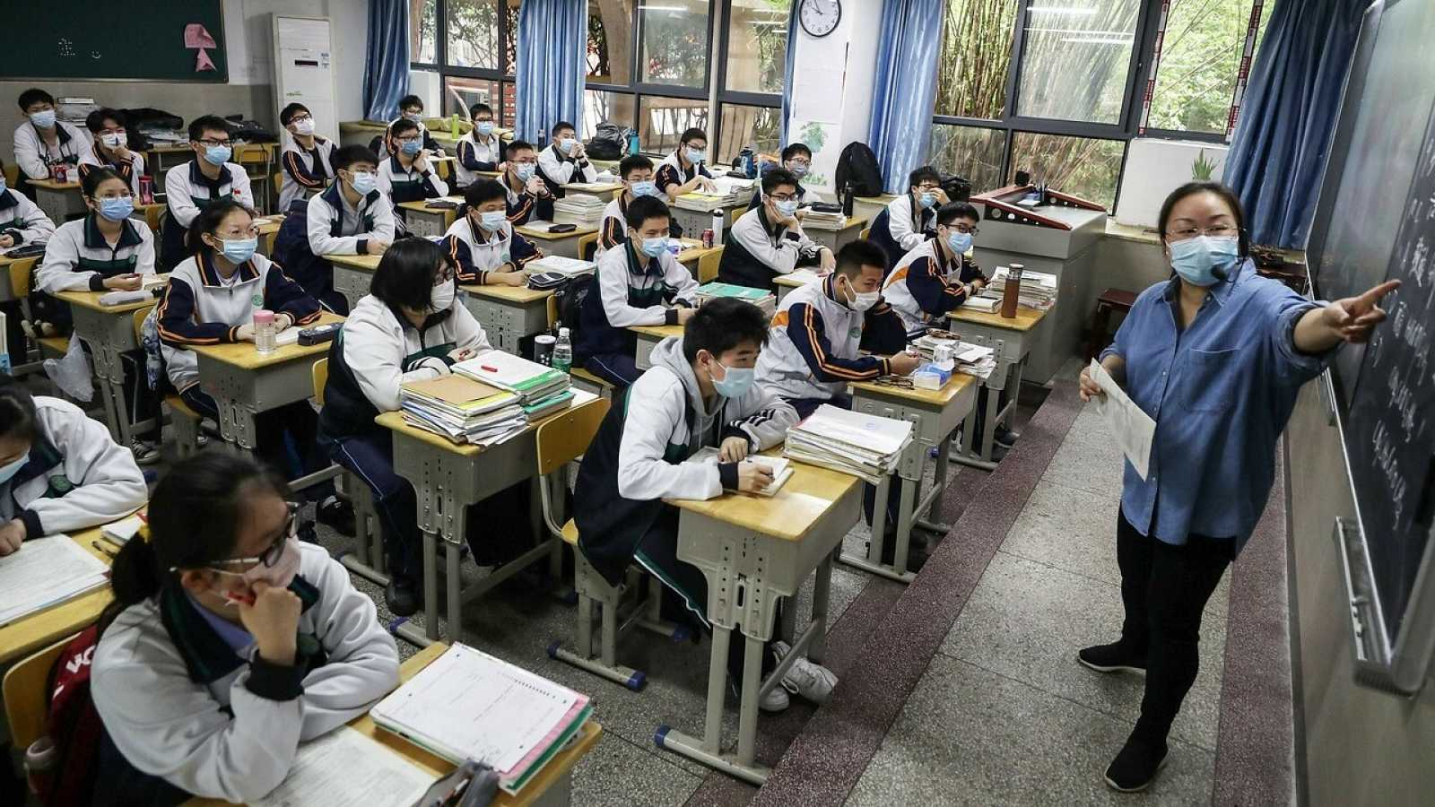 Estudiantes de un instituto de Hubei, donde ya se han retomado las clases