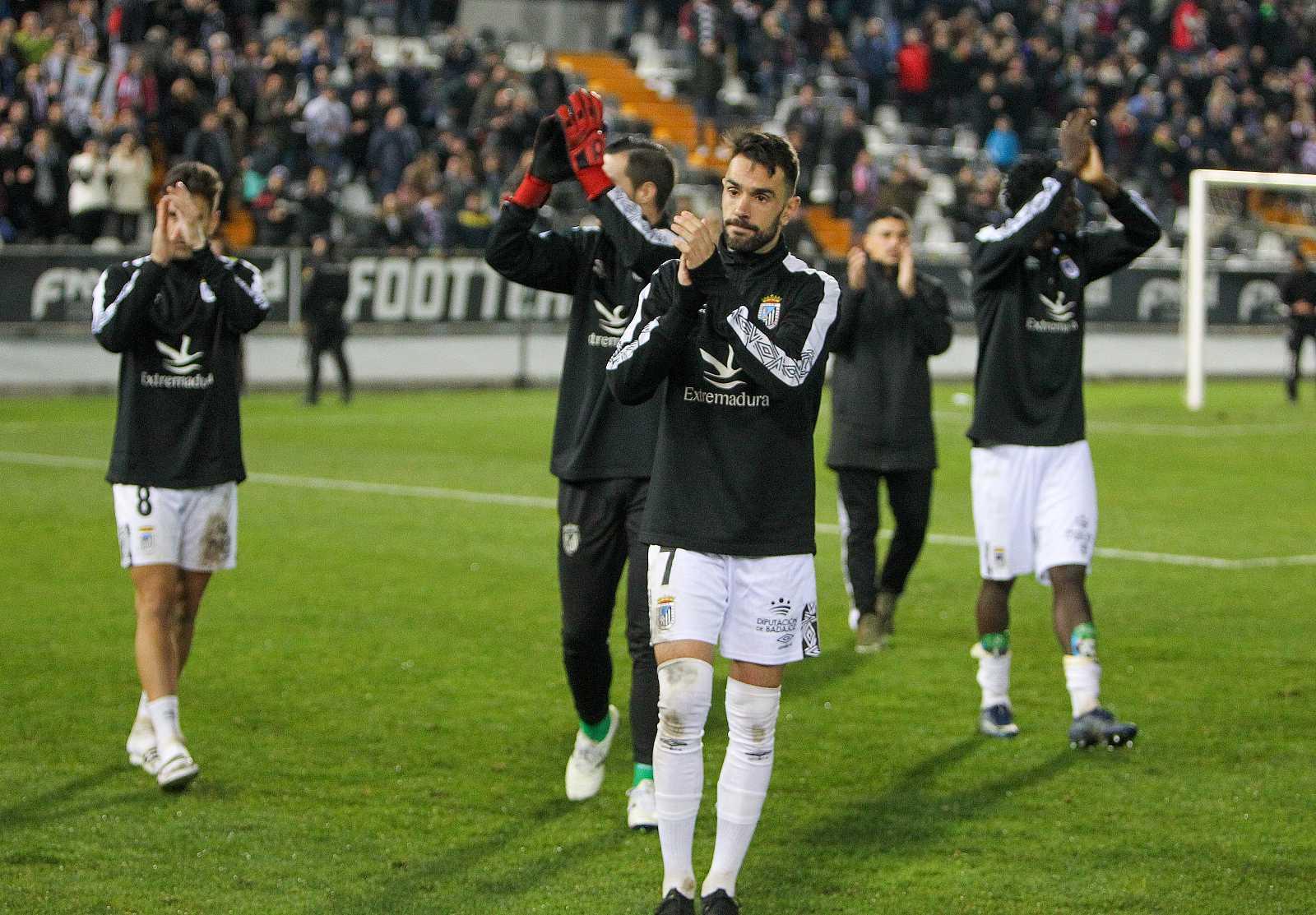 Los jugadores del Badajoz agradecen el apoyo a sus aficionados, tras caer eliminados en los octavos de final de la Copa del Rey frente al Granada.