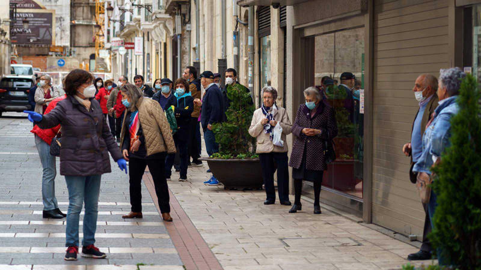 Cola ante una sucursal bancaria en Burgos