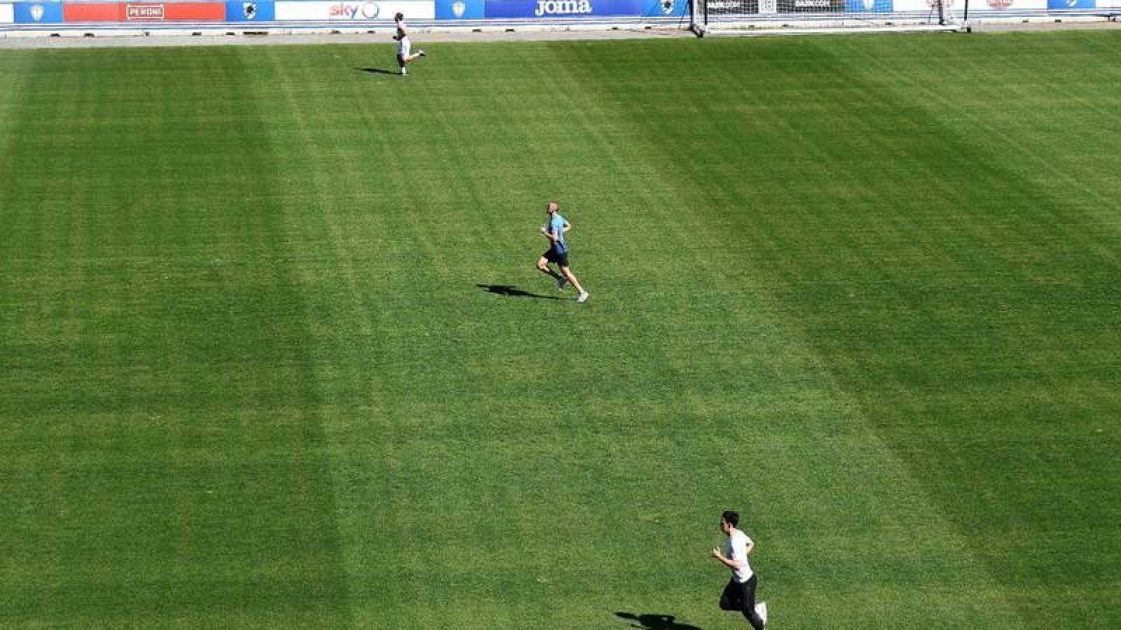 Los jugadores de la Sampdoria Karol Linetty, Gaston Ramirez, y Gonzalo Maroni durante una sesión de entrenamiento individual.