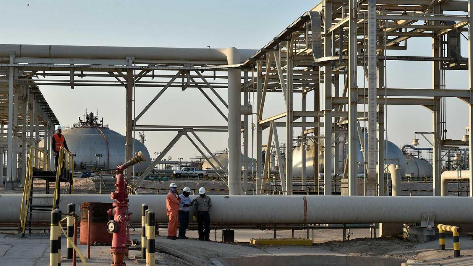 Vista parcial de la planta de procesamiento de petróleo saudí Aramco