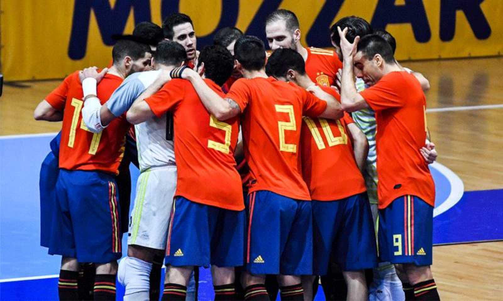 Los jugadores de la selección de fútbol sala celebran un gol