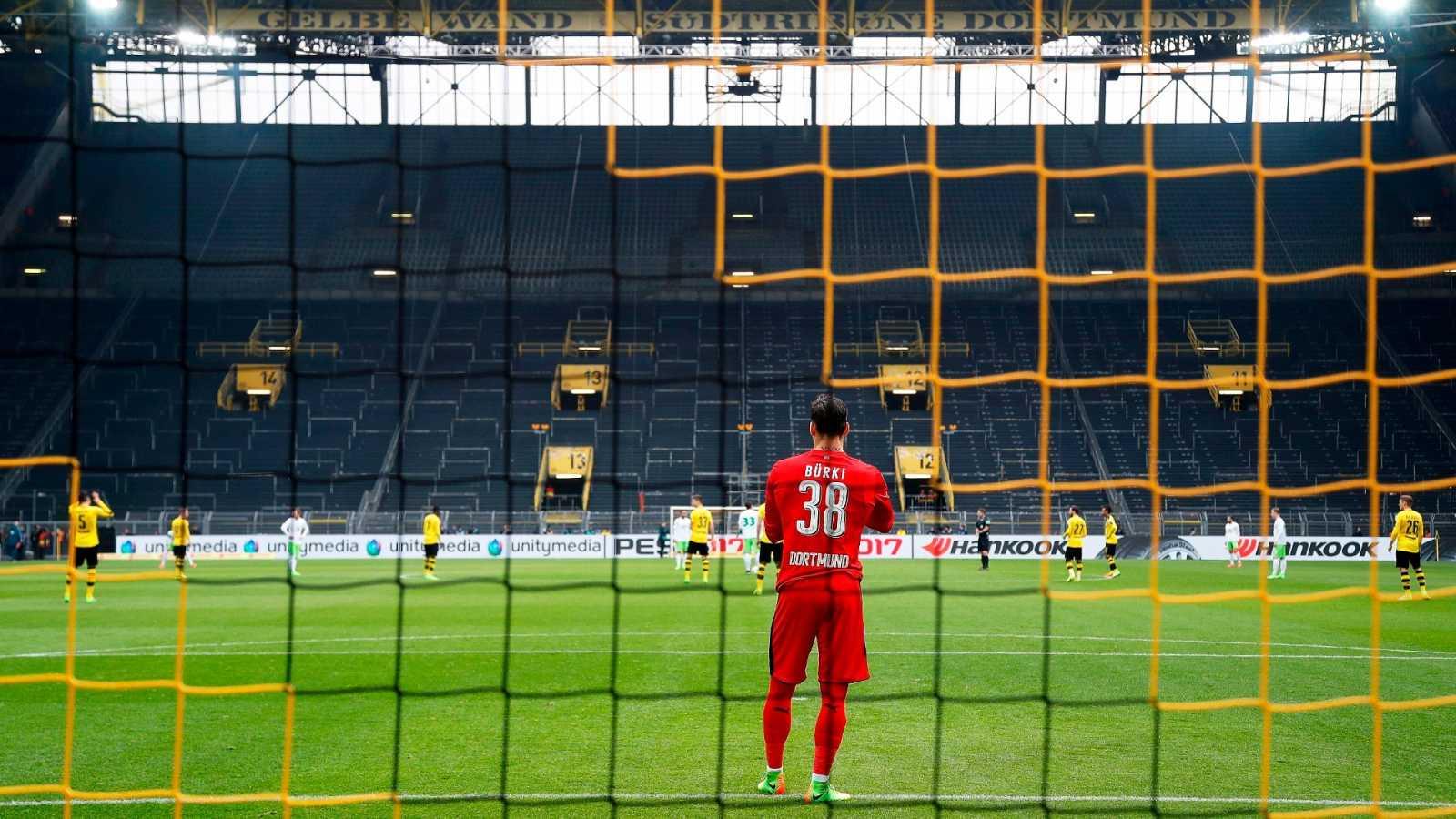 El portero del Borussia Dortmund, Roman Bürki, durante un partido con las gradas vacías