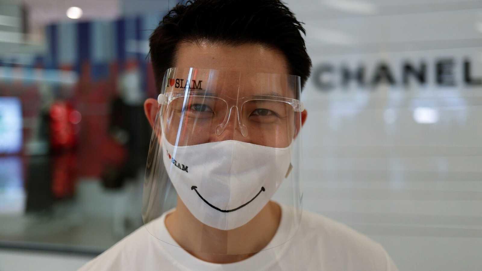Un hombre con una mascarilla en Bangkok, Tailandia. REUTERS/Jorge Silva