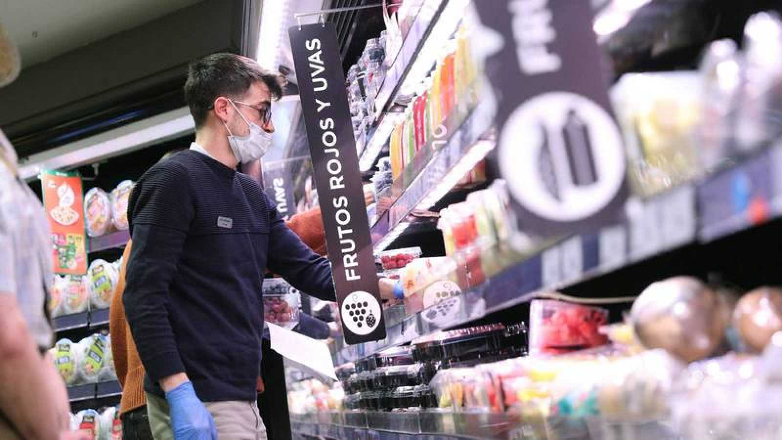 Un cliente con mascarilla en un supermercado