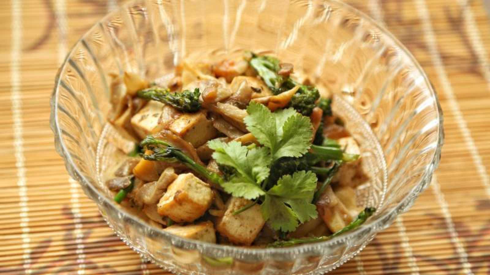 Salteado de bimi y setas con tofu y salsa melosa