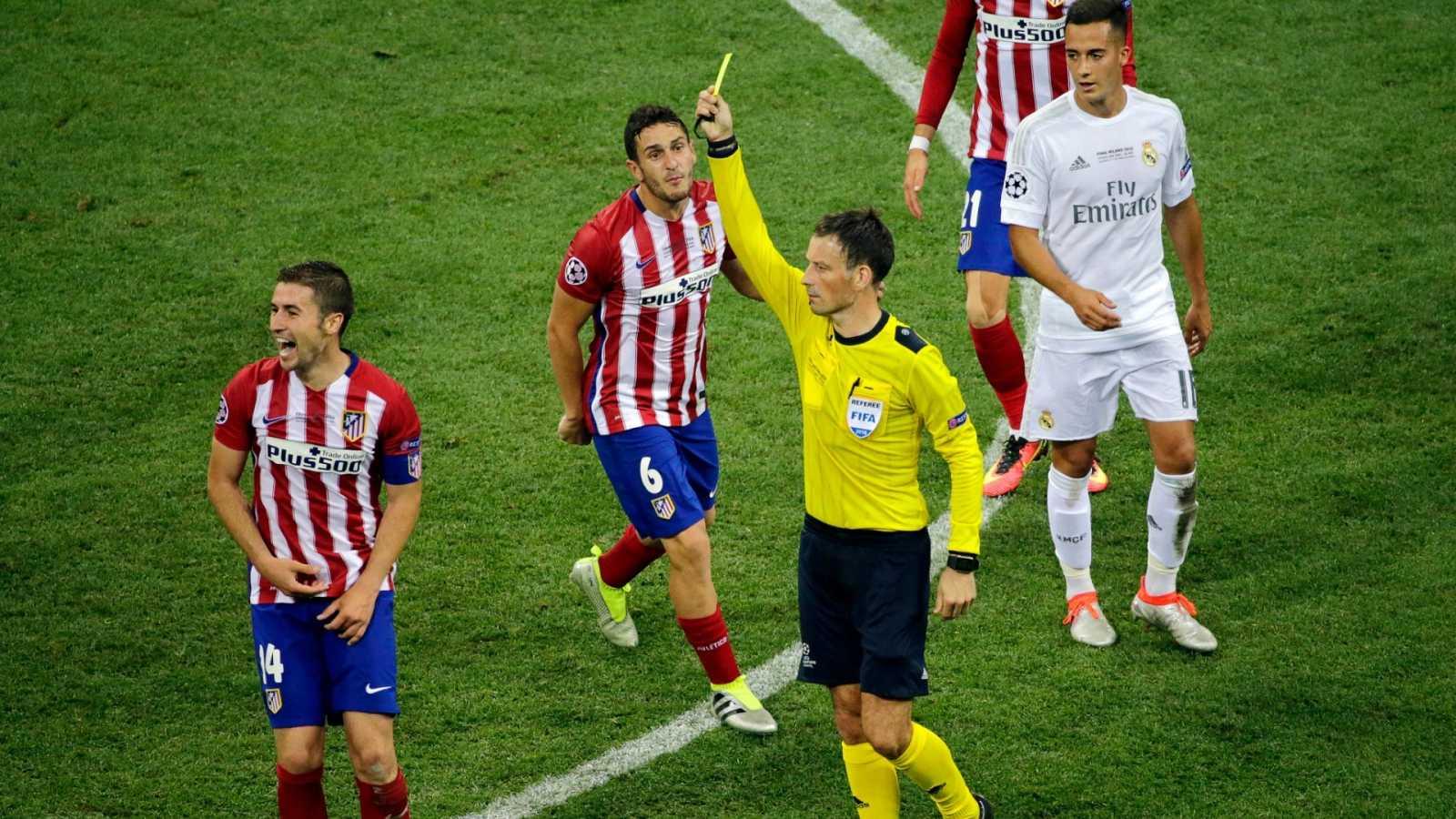El árbitro, Mark Clattenburg, muestra una tarjeta amarilla al jugador del Atlético de Madrid, Gabi, durante la Final de la Champions de 2016