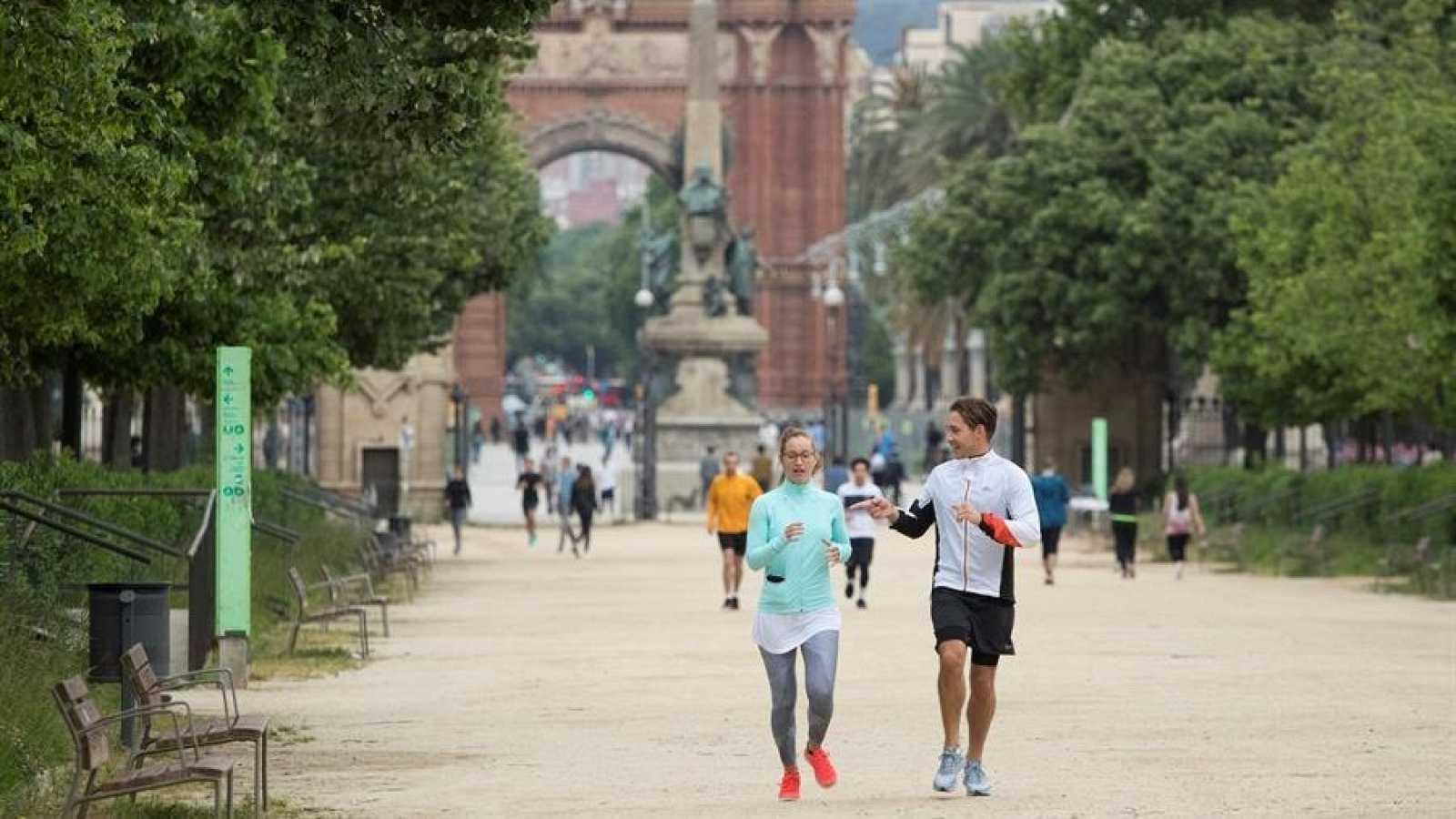 Decenas de ciudadanos practican deporte por el parque de la Ciutadella de Barcelona