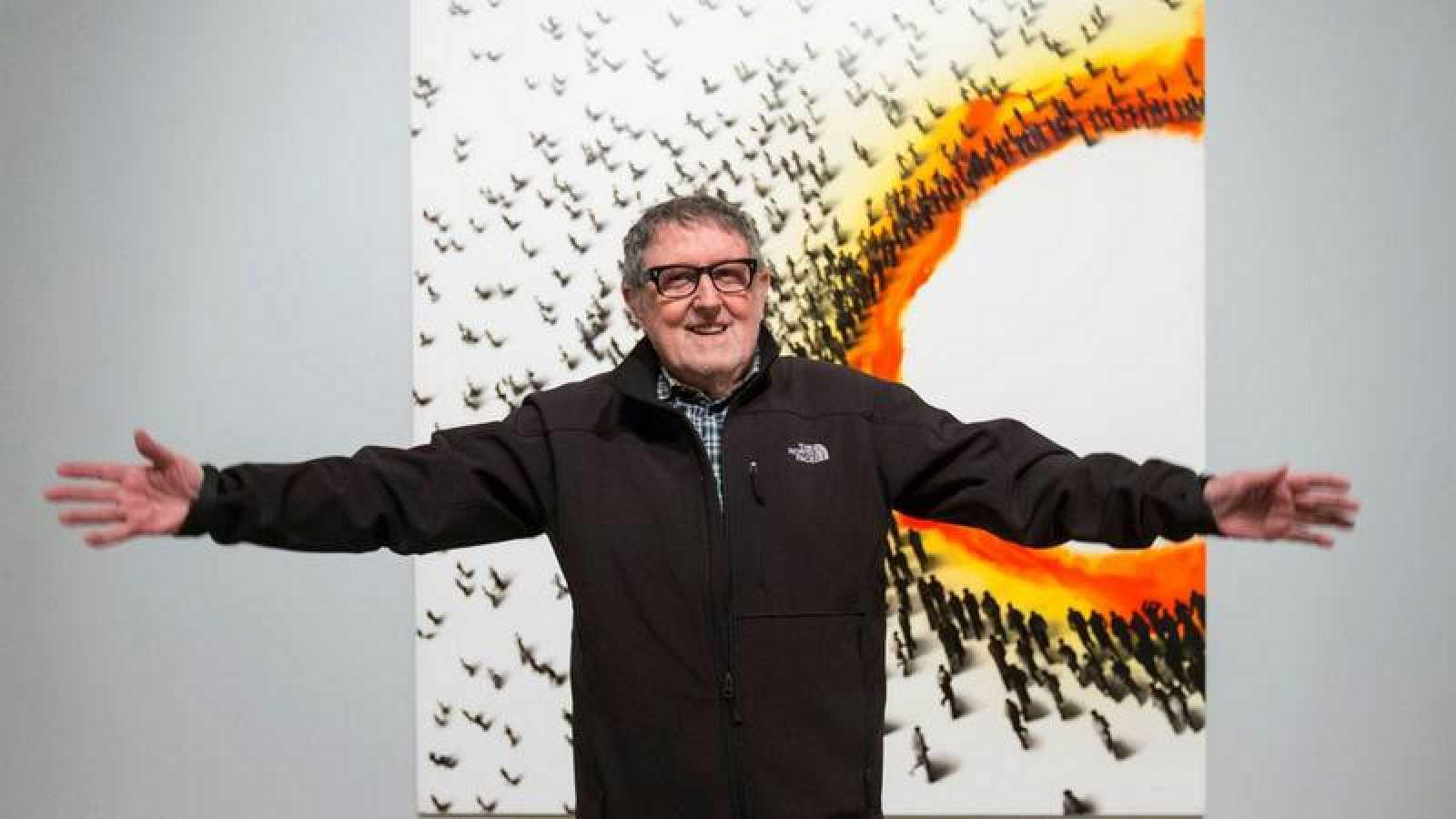 Juan Genovés junto a su obra durante la inauguración de 'Multitudes' (2016)
