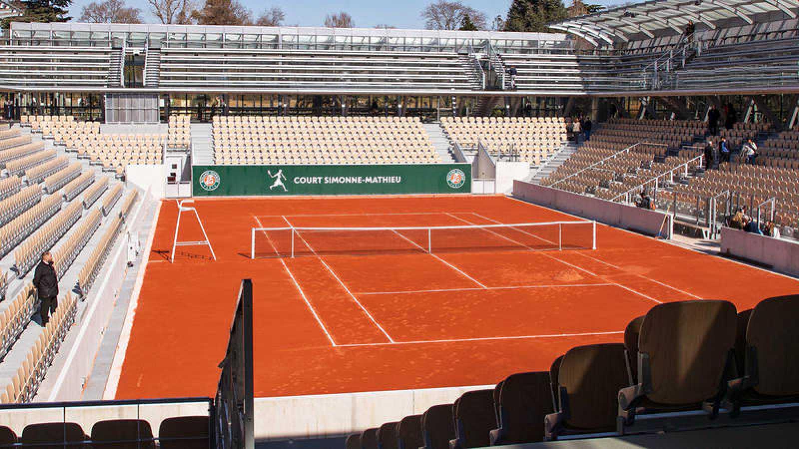 Imagen de una pista de tenis vacía en Roland Garros.