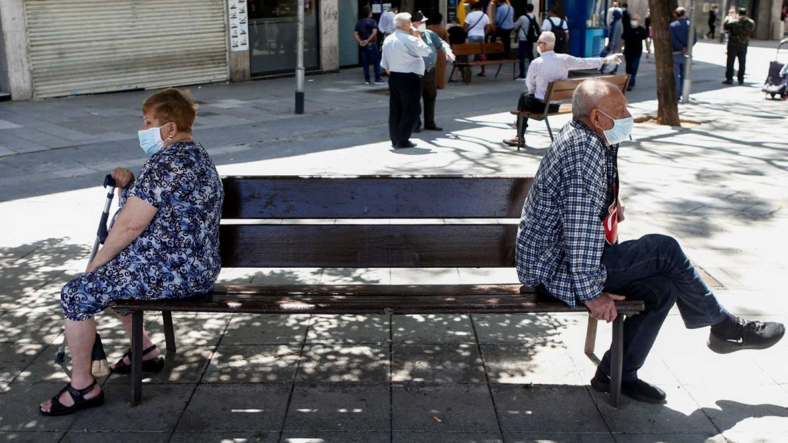 Dos ciudadanos sentados en un banco en Santa Coloma de Gramanet, Barcelona