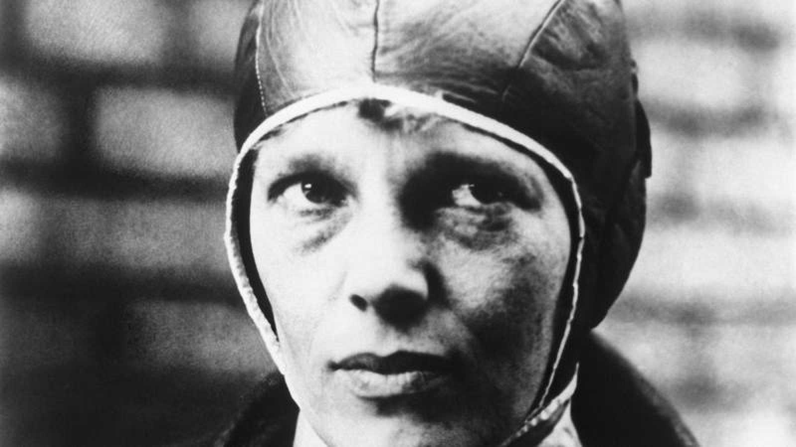 Retrato de la aviadora estadounidense Amelia Earhart.