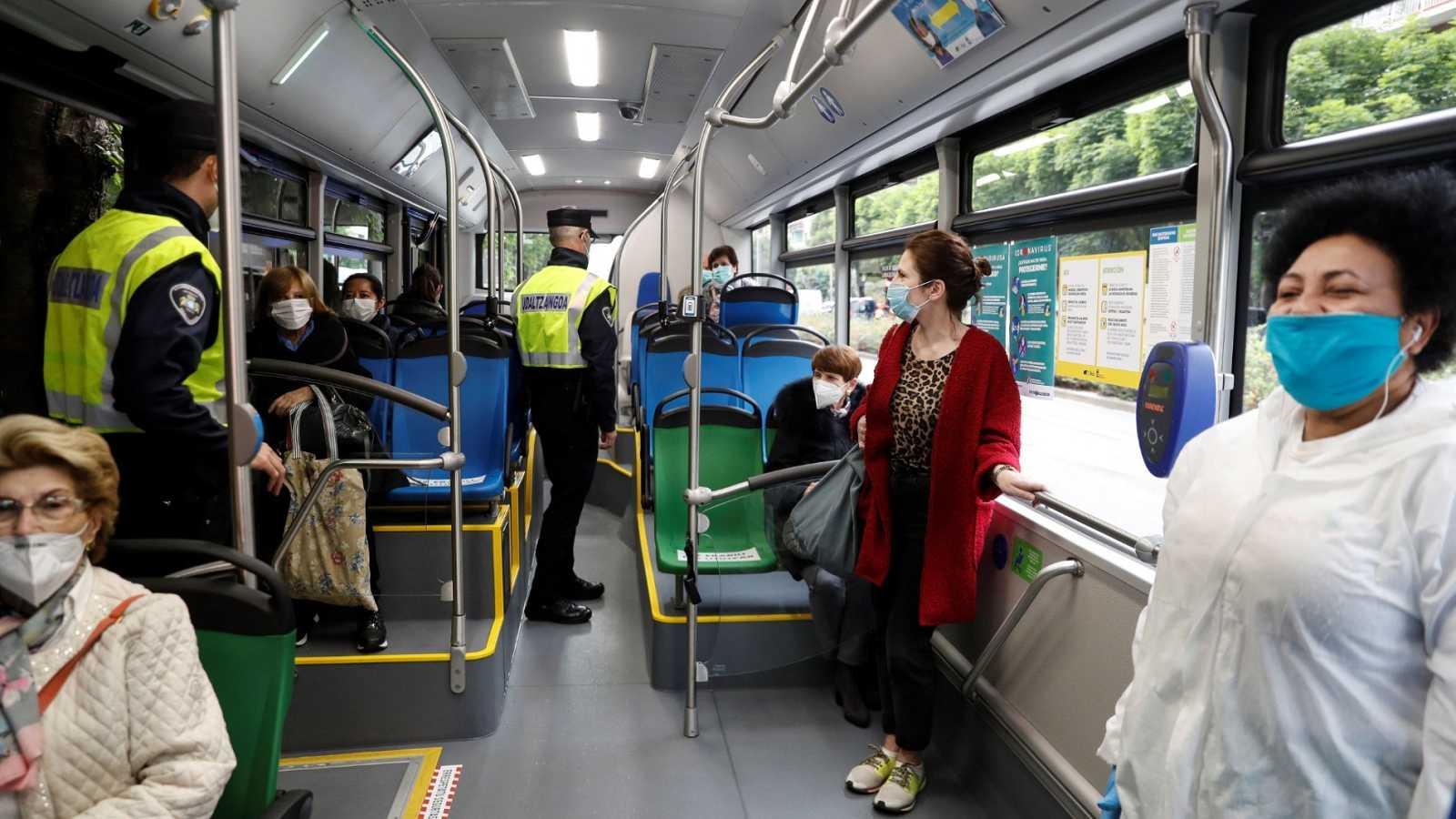 Agentes de la Policía Municipal de San Sebastián realizan un control  n el transporte público