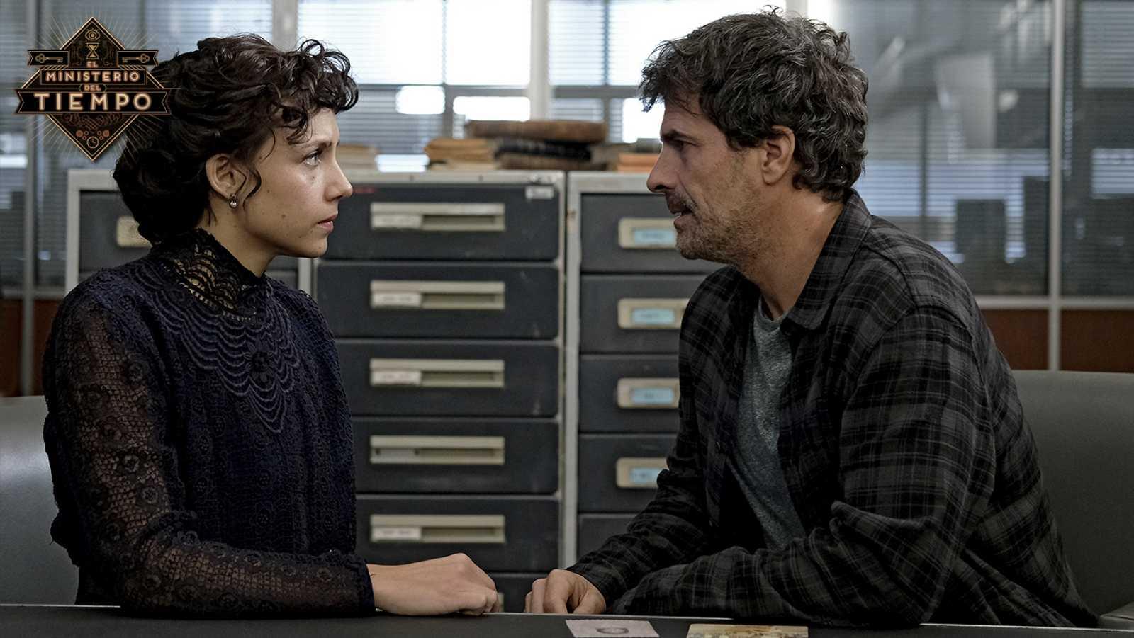 Aura Garrido y Rodolfo Sancho como Amelia y Julián en El Ministerio del Tiempo