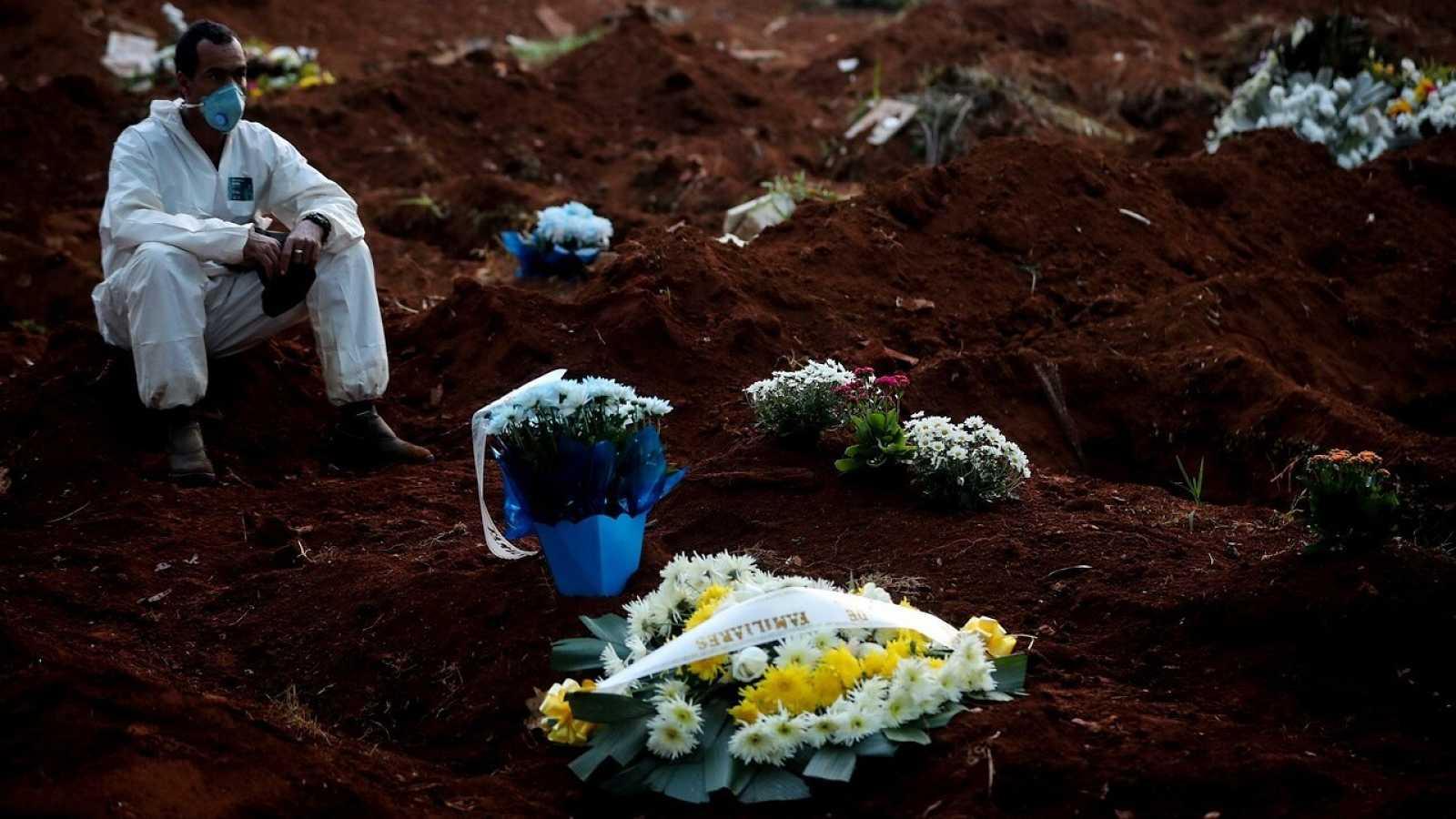 Un sepulturero descansa en el cementerio Vila Formosa, en Sao Paulo