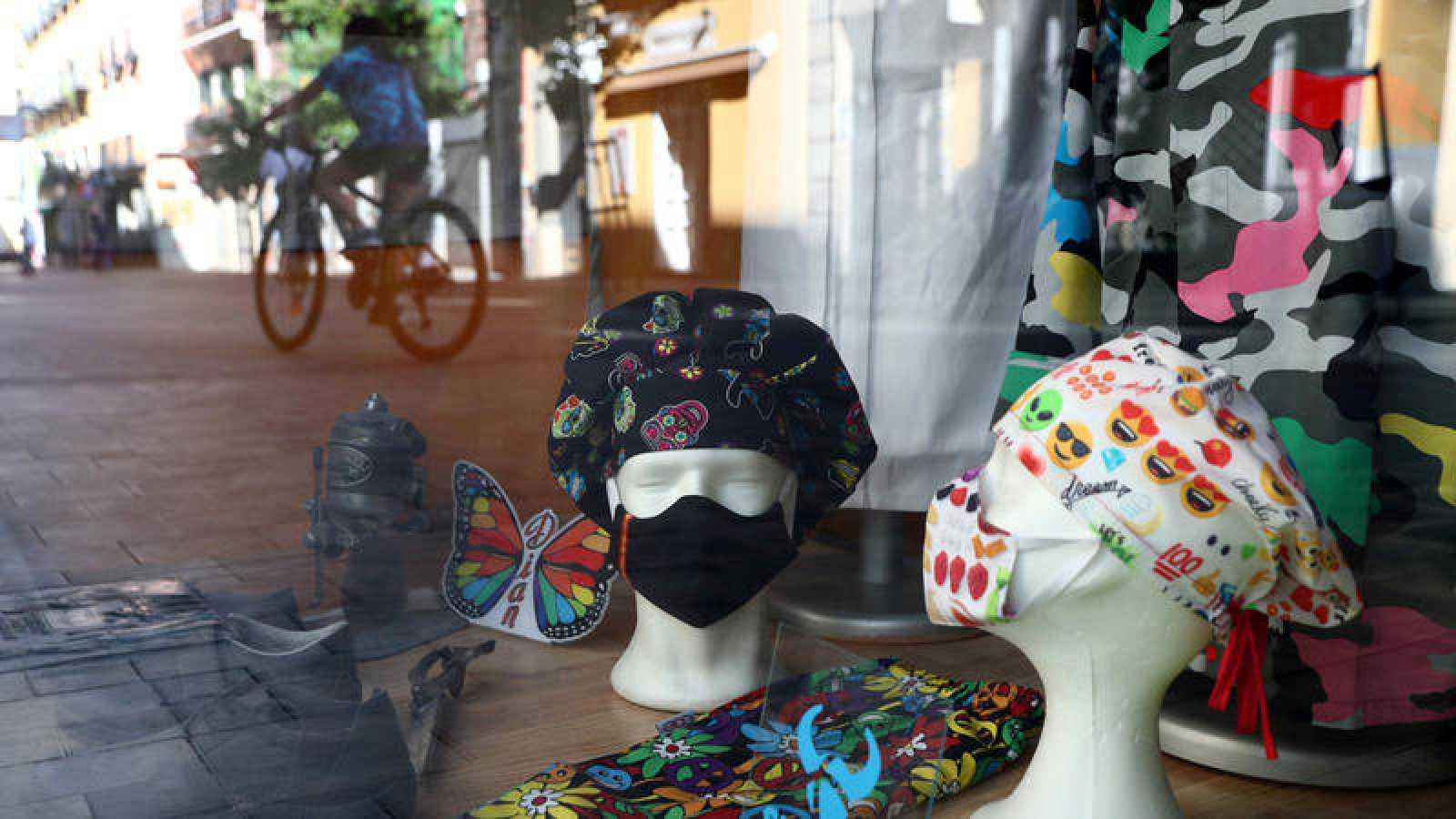 Mascarillas de tela en un escaparate en Madrid