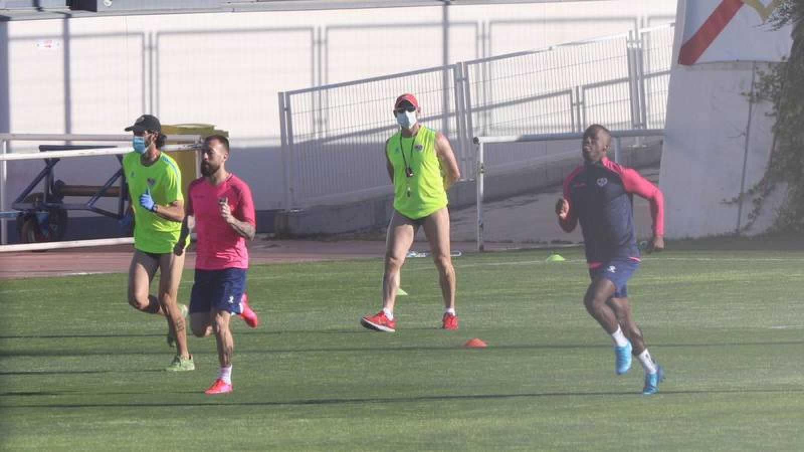 Los jugadores del Rayo, en su primer entrenamiento tras salir del ERTE.
