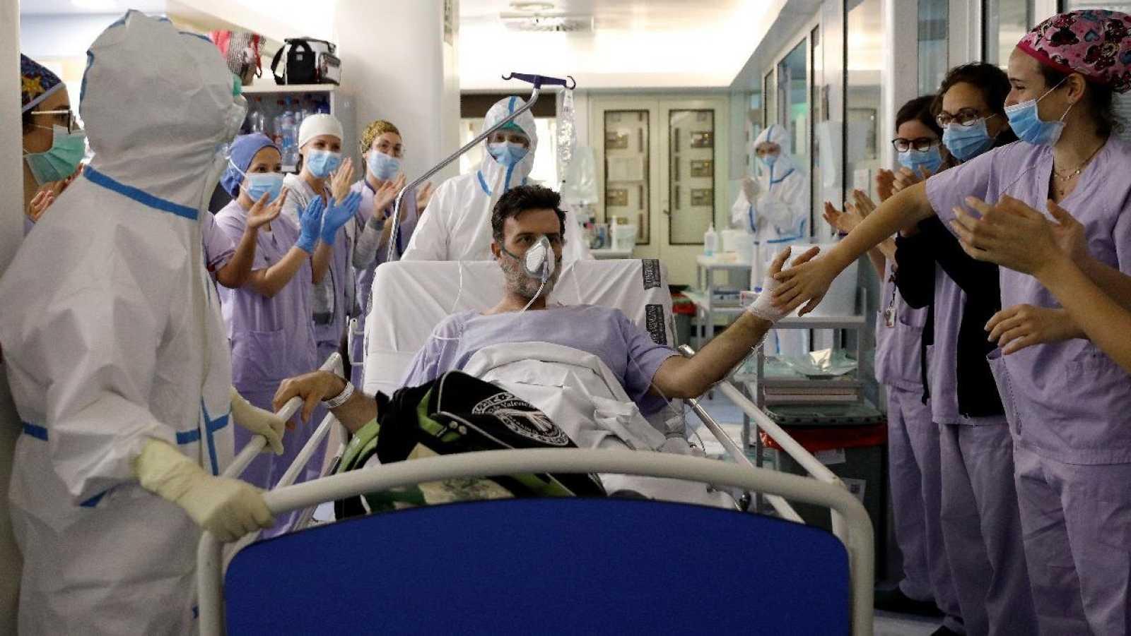 Un paciente sale de la UCI