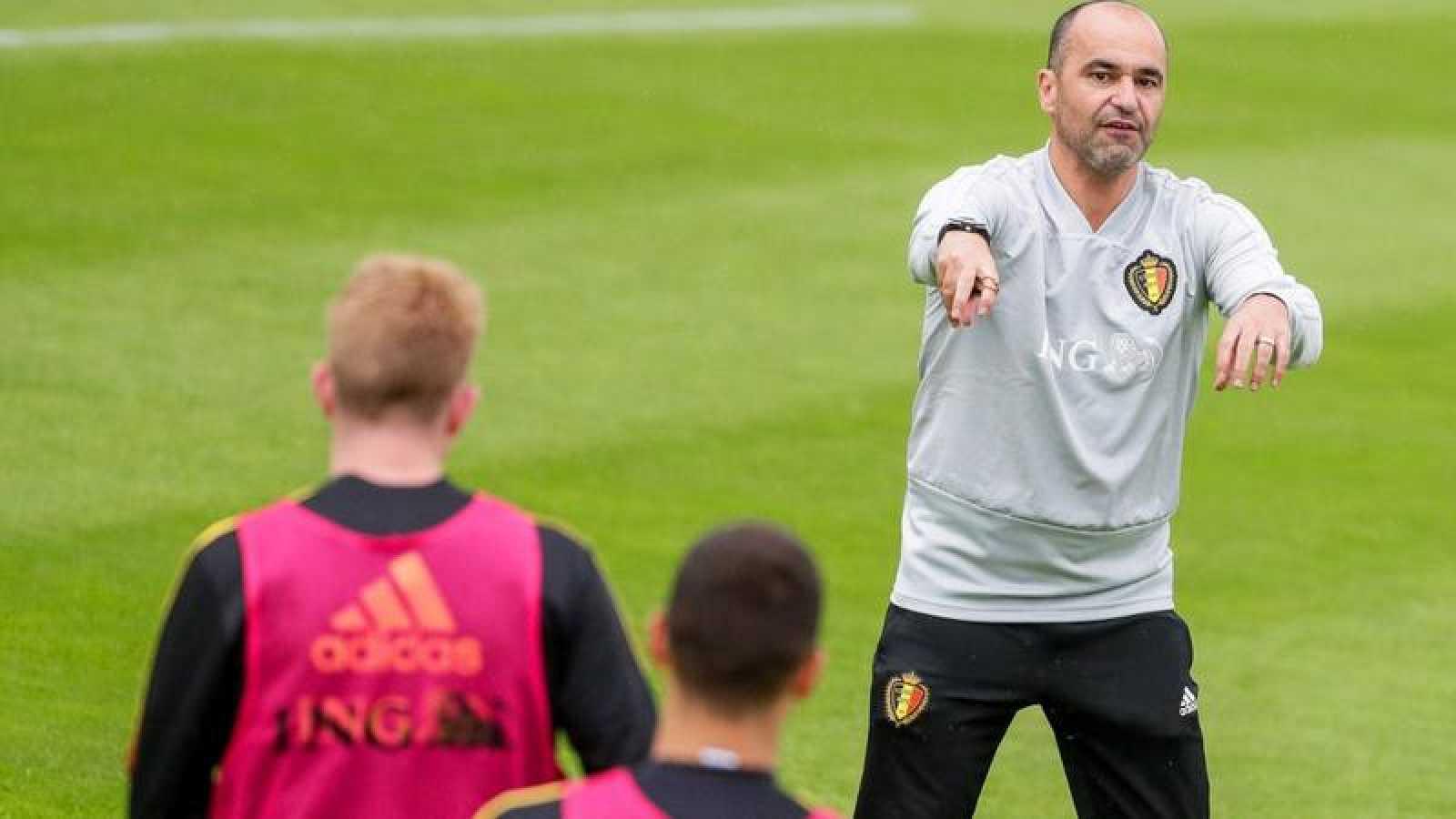 El técnico español Roberto Martínez dirige un entrenamiento de la selección blega en 2019.