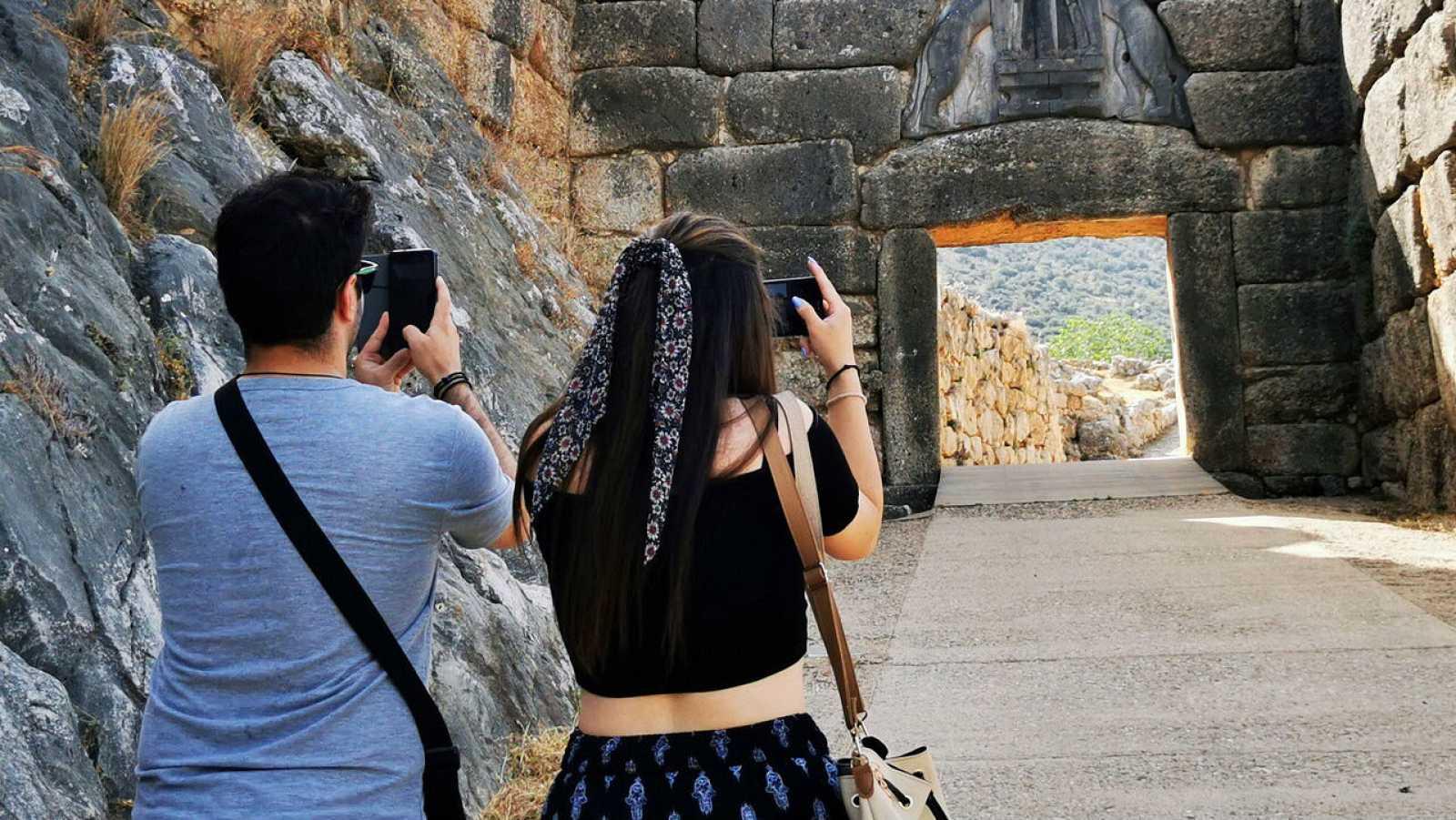 Turistas visitan el sitio arqueológico de Micenas, Argólida, Peloponeso, Grecia, en el primer día de la reapertura de los sitios arqueológicos después del cierre en el país.