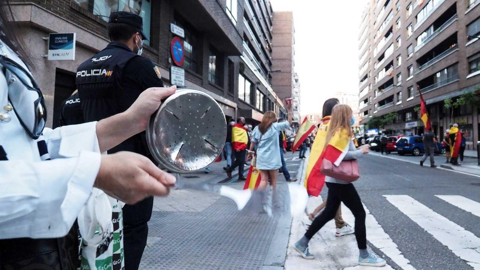 """La """"cacerolada"""" de este miércoles en la calle General Ruiz de Valladolid en protesta por la gestión del Gobierno en la crisis del coronavirus."""