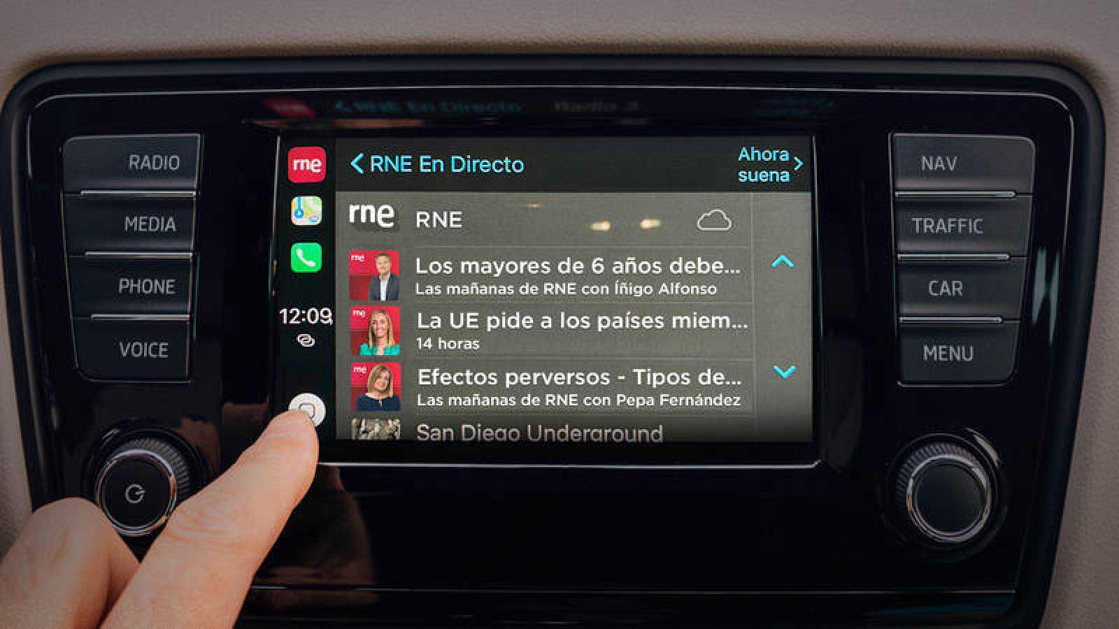 Imagen de la aplicación RNE en un coche compatible con Android Auto.