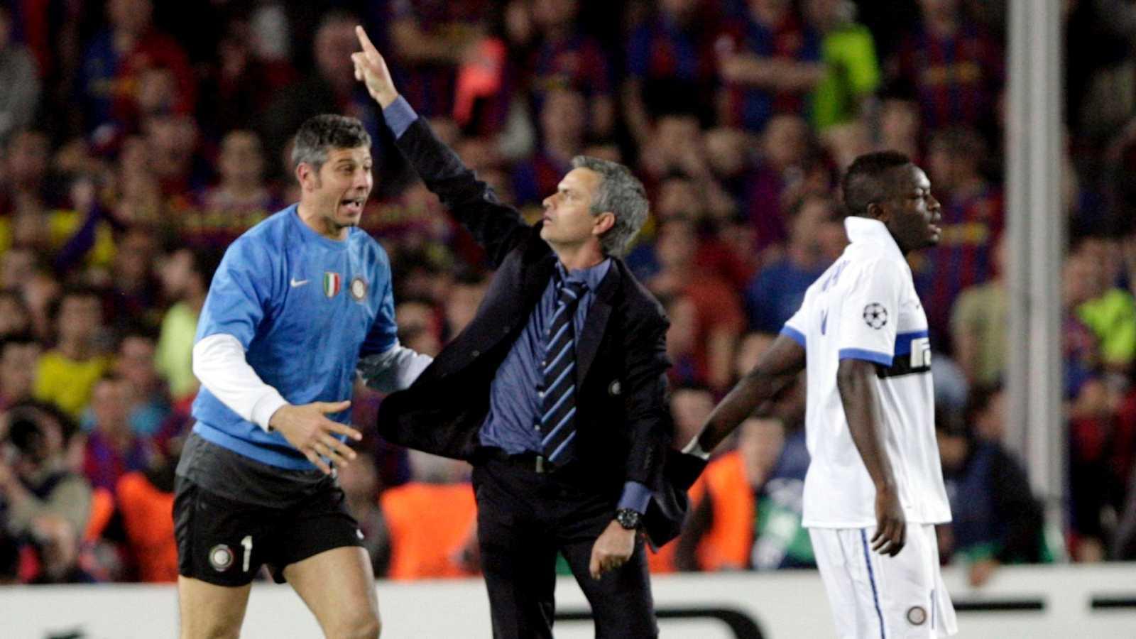El técnico portugúes, José Mourinho, señala al cielo tras eliminar en 2010 al FC Barcelona con el Inter de Milán en las semifinales de Champions League