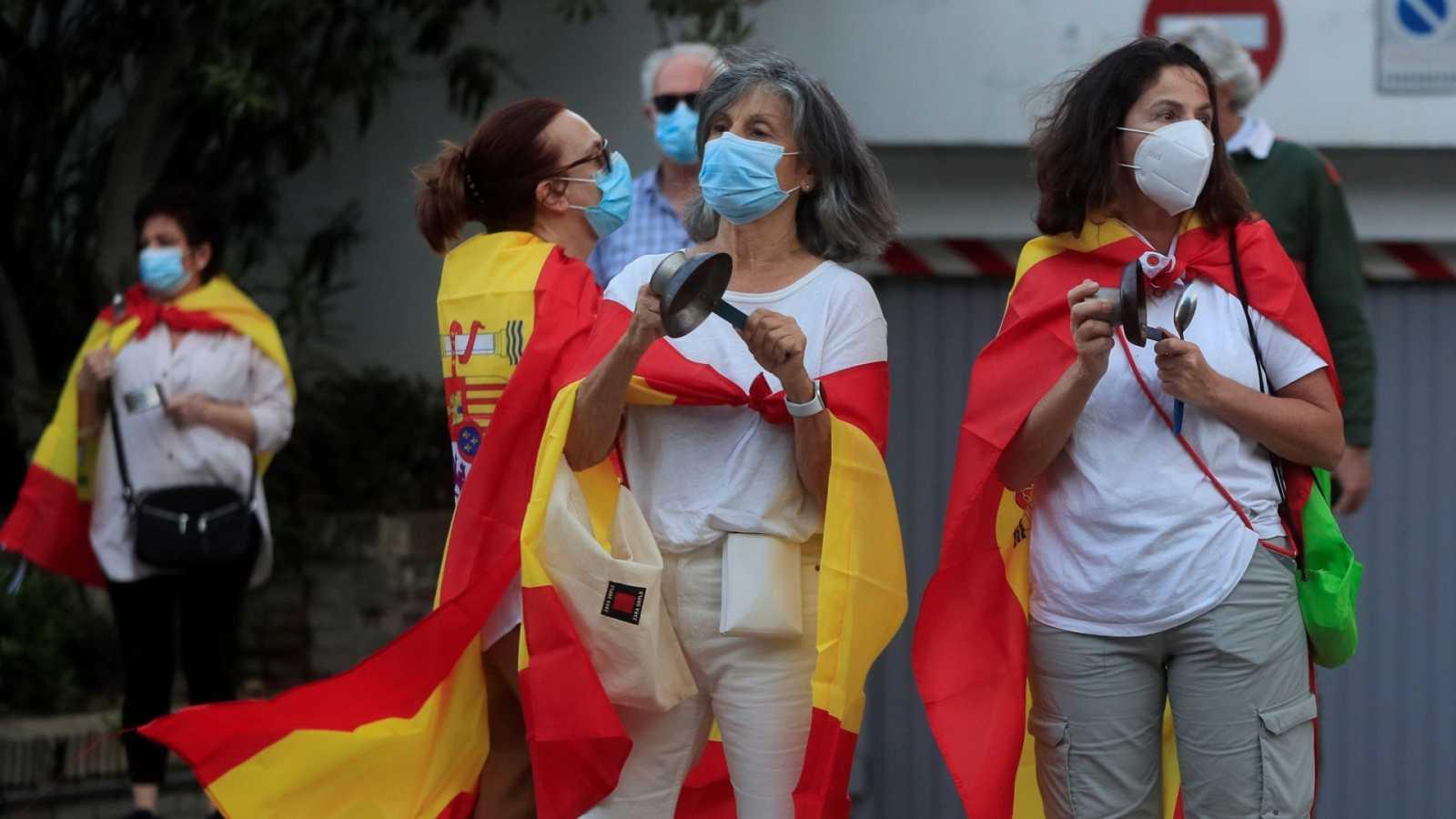 Varias personas participan en una manifestación en Madrid para protestar por la gestión del Gobierno central.