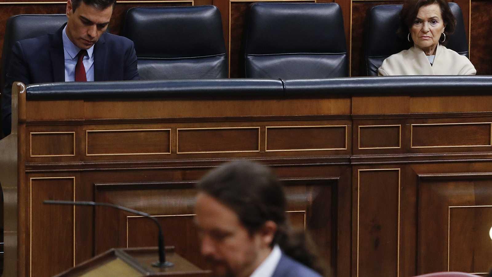 Pablo Iglesias pasa ante Pedro Sánchez y Carmen Calvo durante el debate del estado de alarma en el Congreso.