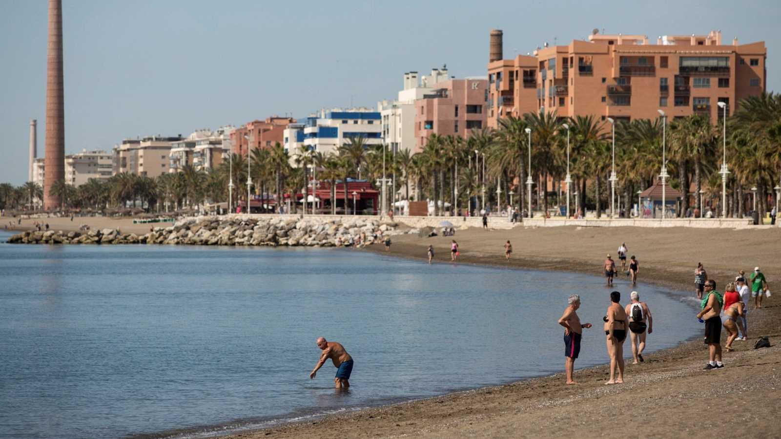 Varias personas disfrutan del buen tiempo este sábado en la playa de La Misericordia.