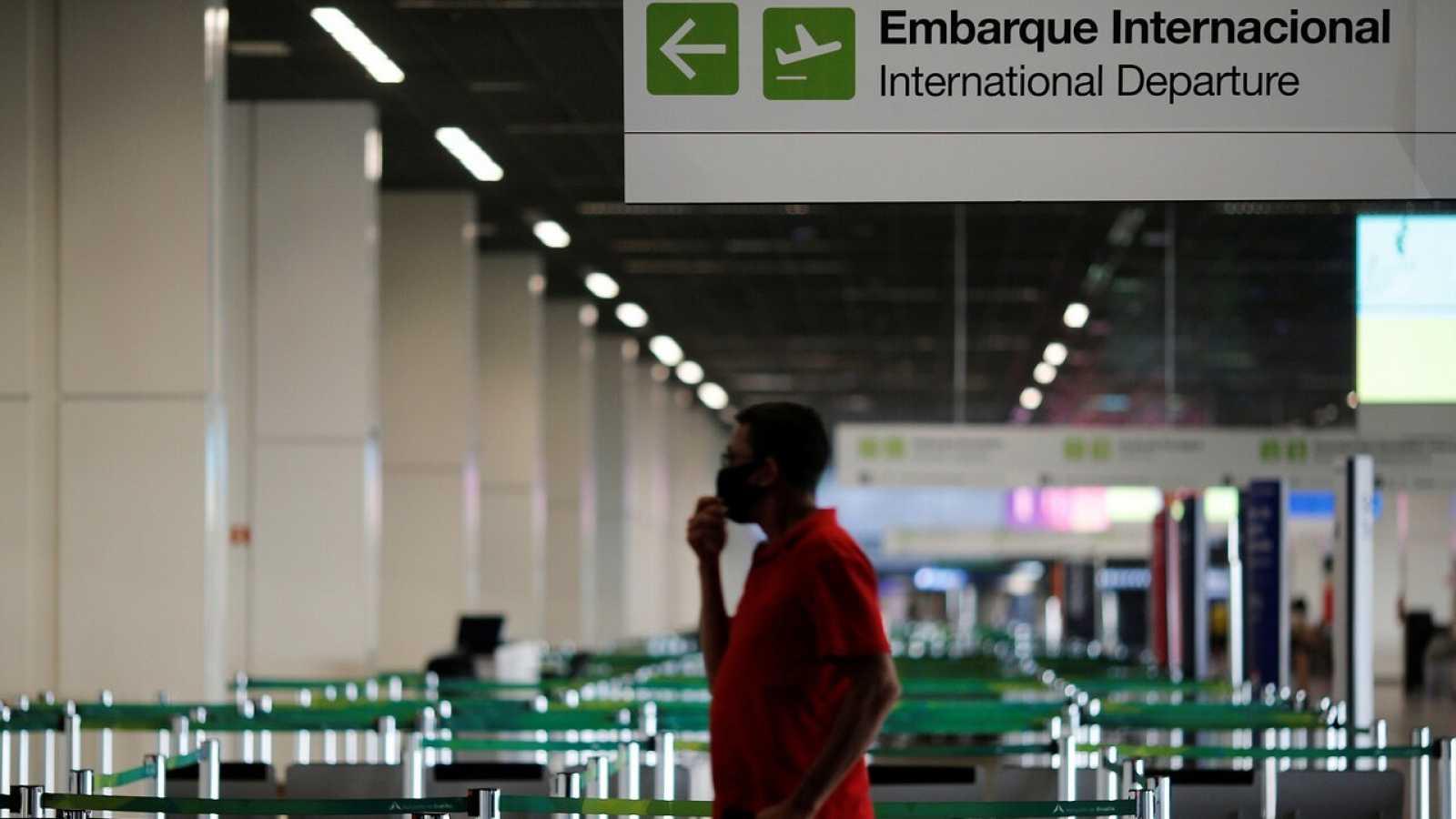 Un hombre con mascarilla en el Aeropuerto Internacional Presidente Juscelino Kubitschek (Brasilia)