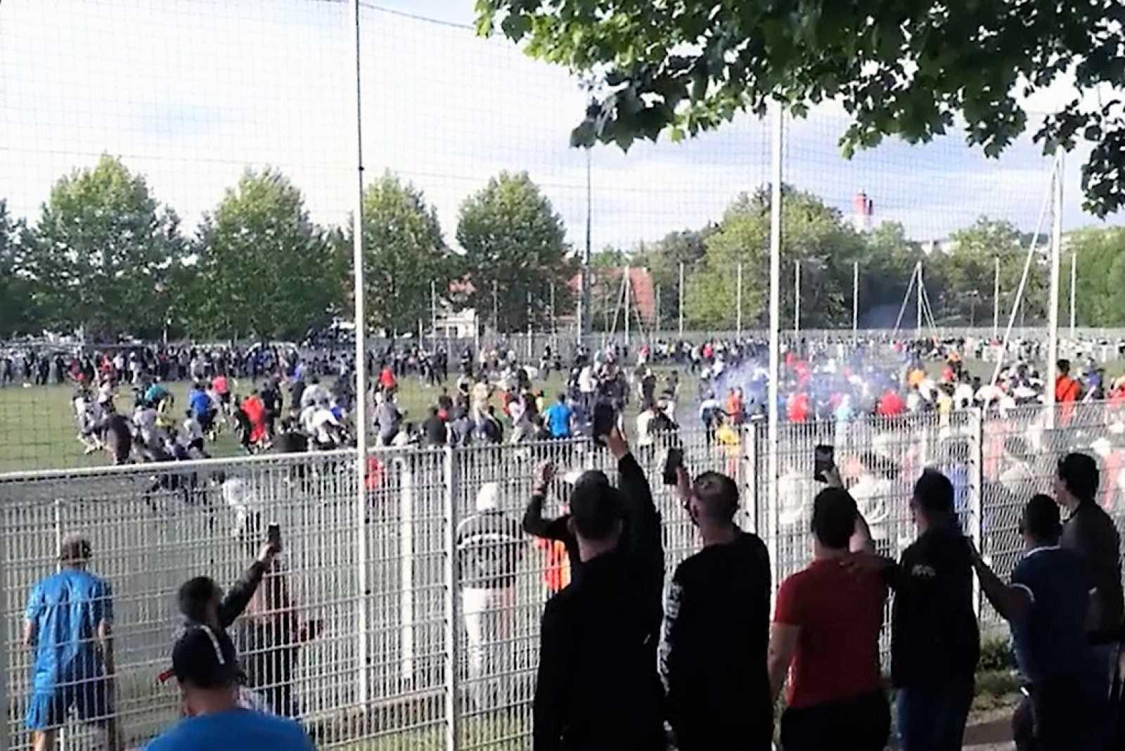Casi 400 personas acuden a presenciar un partido de fútbol en Estrasburgo (Francia) saltándose la cuarentena.