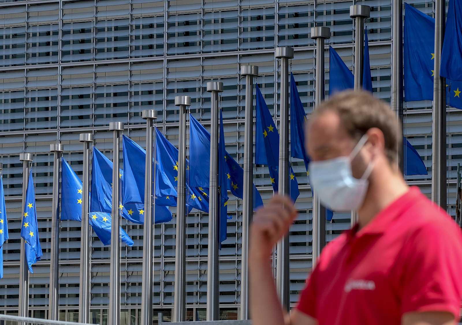 Un hombre se ajusta la mascarilla frente a la sede de la Comisión Europea en Bruselas
