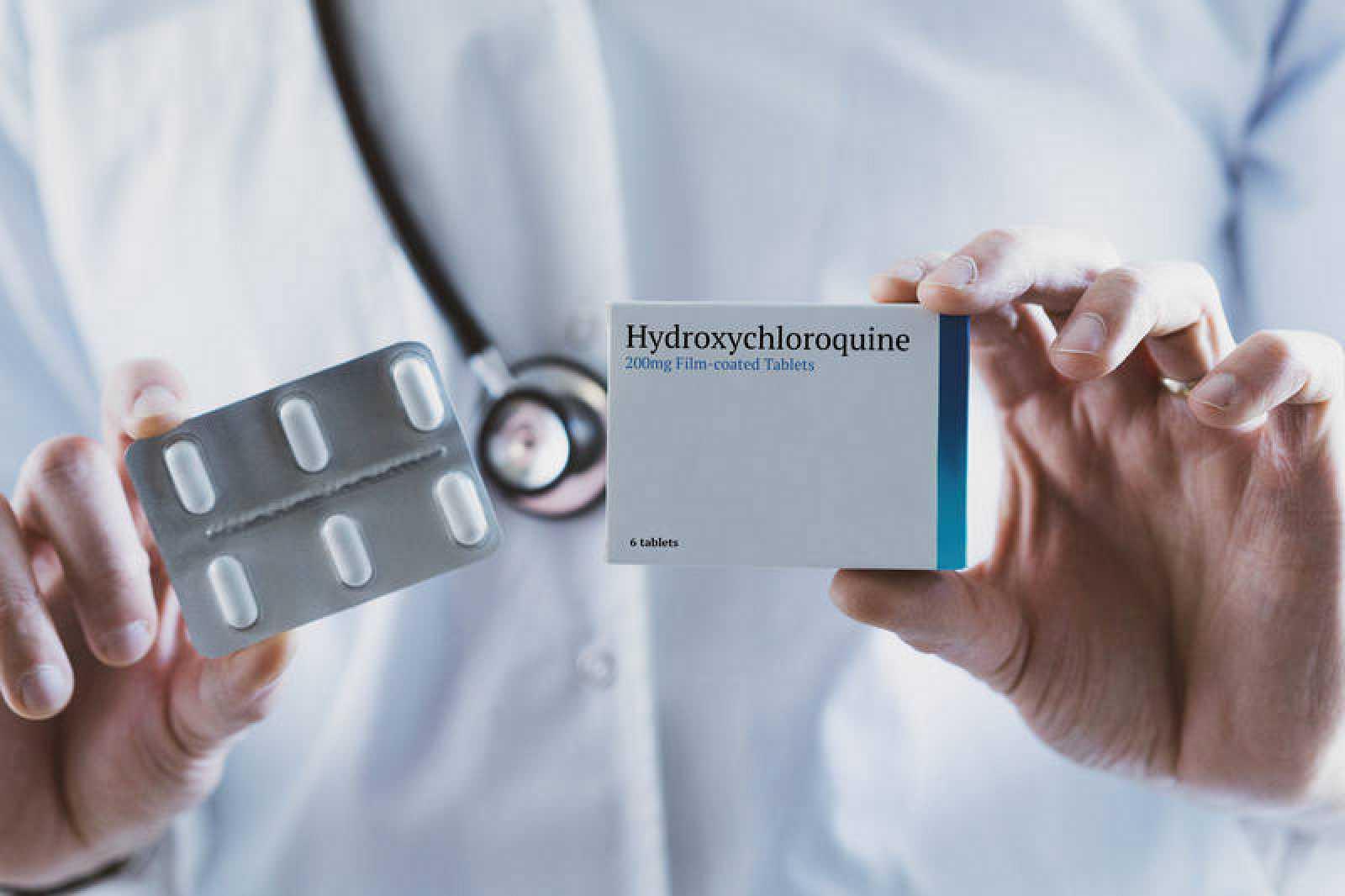 Un doctor sujera una caja de hidroxicloroquina