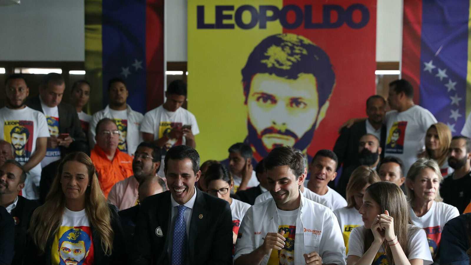 Fotografía de archivo de la opositora Lilian Tintori y el jefe del Parlamento de Venezuela, Juan Guaidó, durante una rueda de prensa, en Caracas (Venezuela).