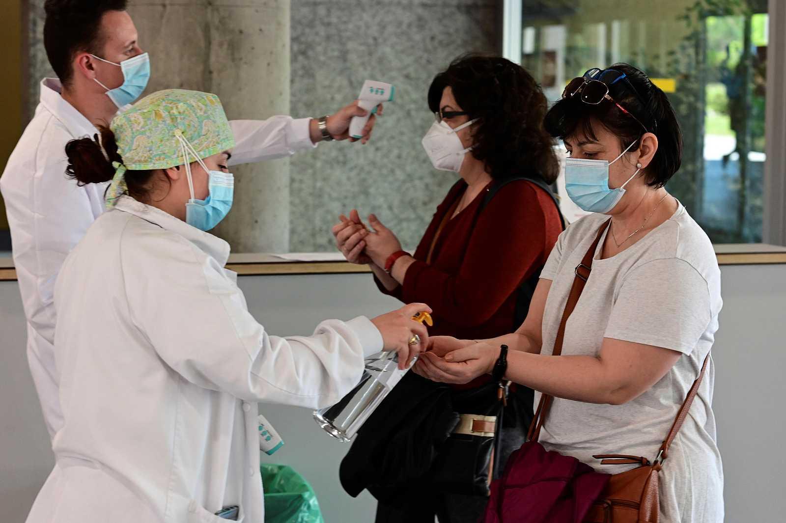 Sanitarios toman la temperatura a todo aquel que accede al Hospital de Alcorcón en Madrid
