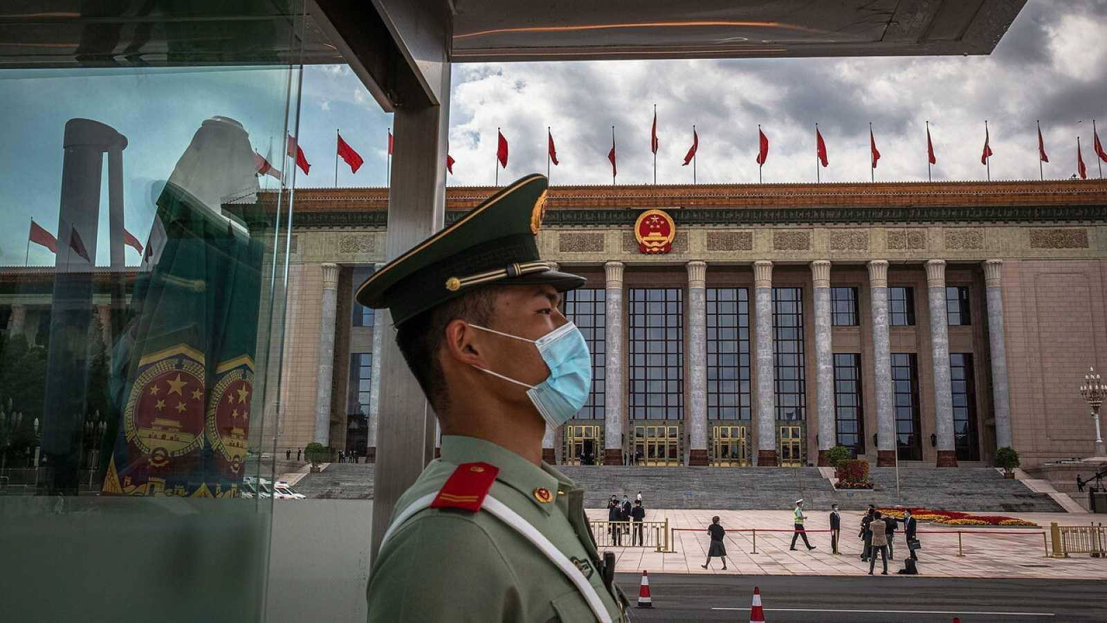 Un soldado con mascarilla monta guardia durante la Asamblea Popular Nacional