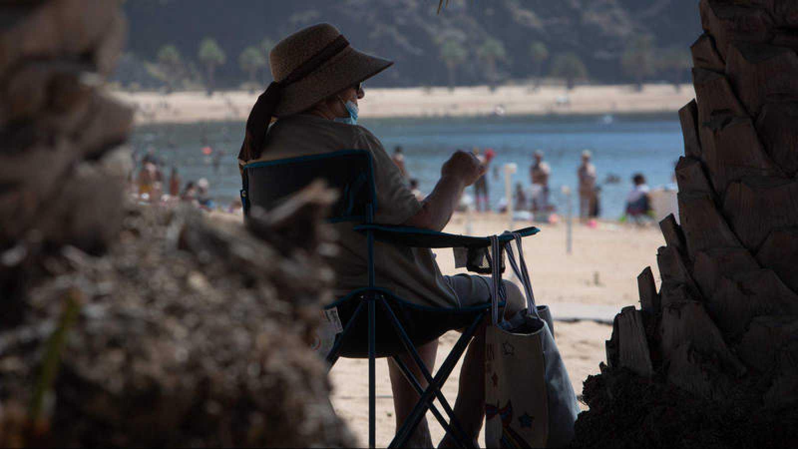 Una jubilada en la playa de las Teresitas de Tenerife