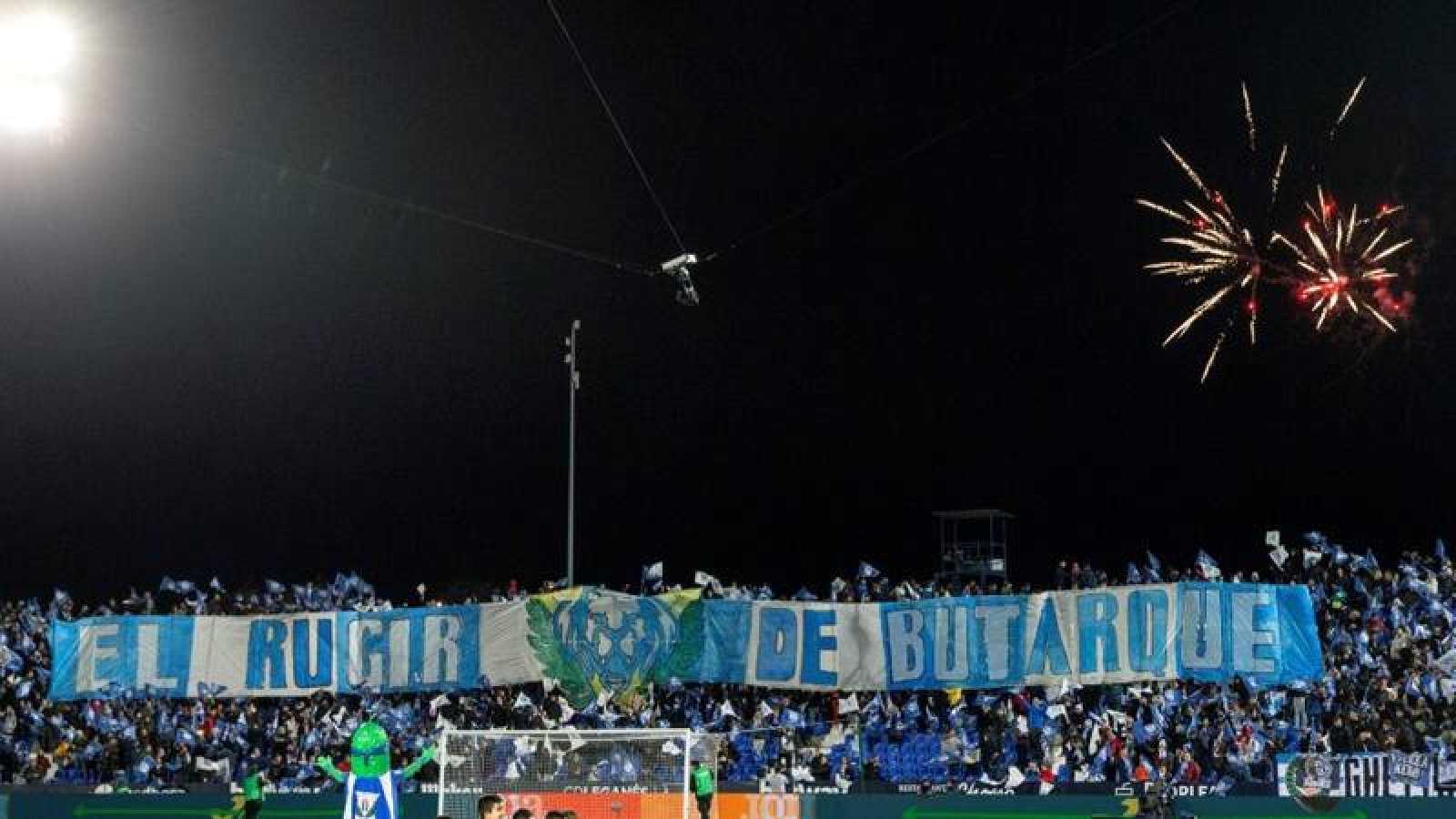 La afición del Leganés durante el partido de la jornada 20 de LaLiga en el Estadio de Butarque.